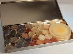 Eine kleine Farbauswahl dekorativer Mineralkosmetik