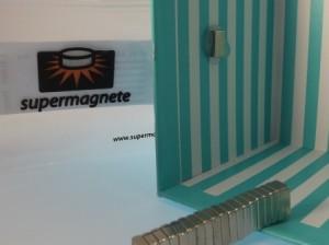 Kleiner Magnet in die Box kleben