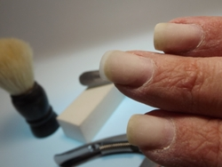 Beim Feilen einer schönen Nagelform braucht man Übung