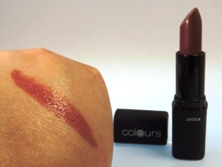 Trotz dünnem Auftrag ist die Farbabgabe des Lippenstifts perfekt
