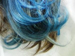 Blaue Haarsträhnen