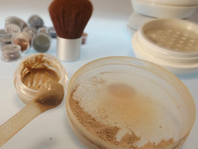 Mineralpuder mit Creme angerührt